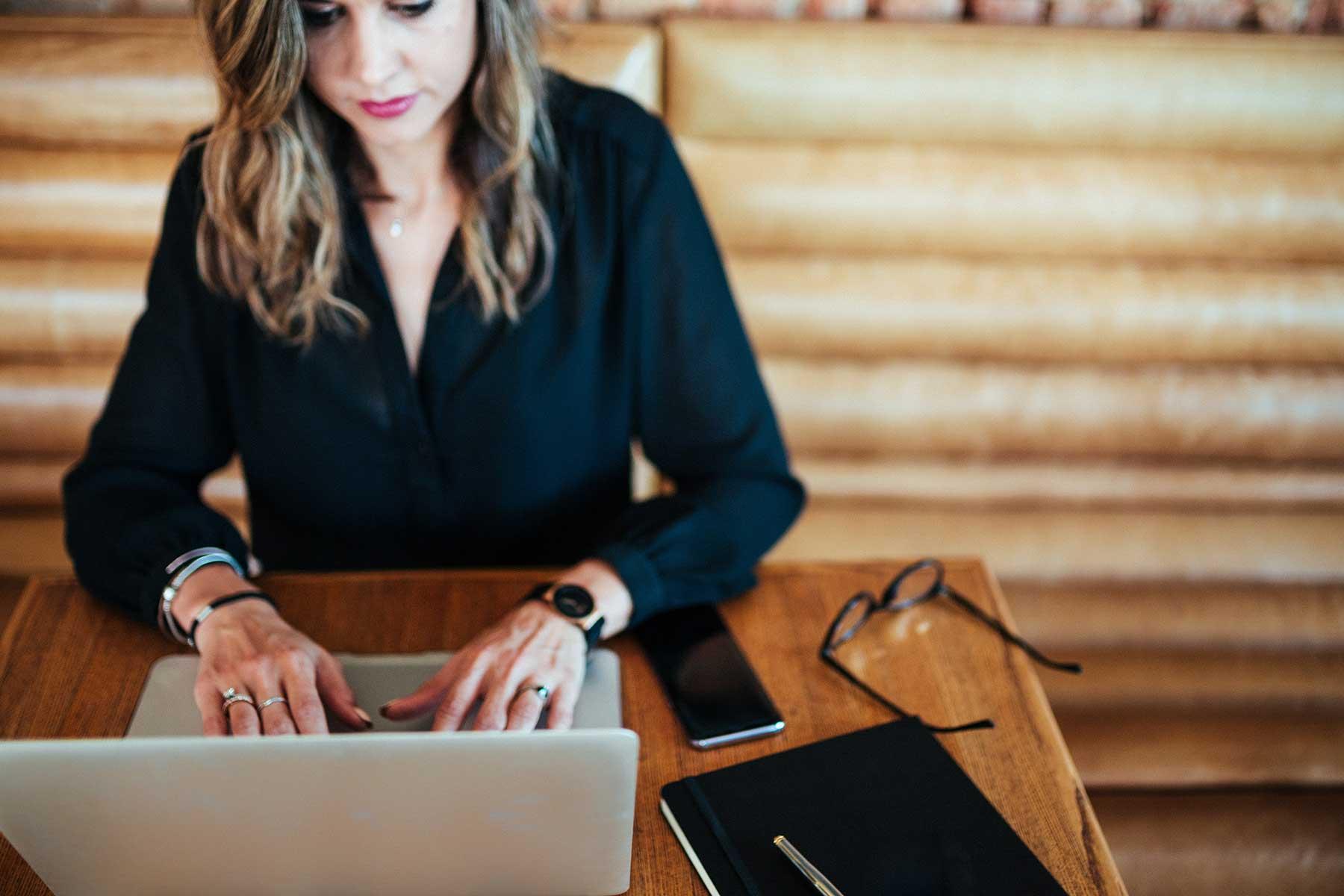 nainen-kirjoittaa-koneella